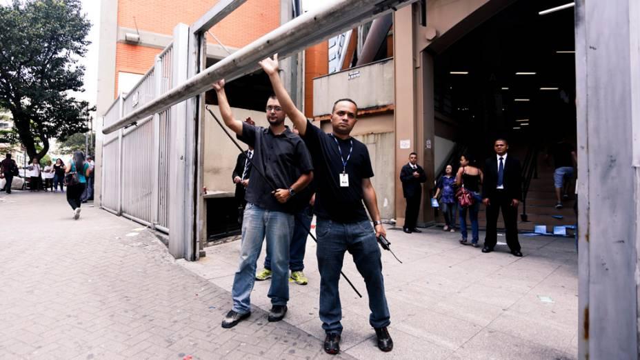 Portões de um dos locais do Enem 2013 são fechados à 13h para começar a prova