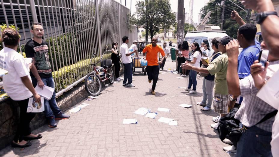 Estudantes correm minutos antes de fechar os portões, para realizarem a prova do Enem 2013