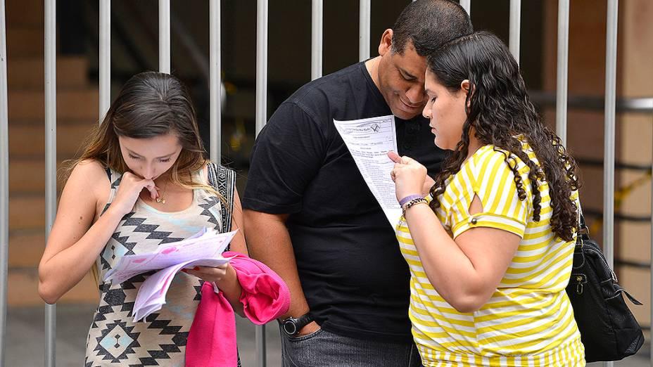 As estudantes Giulia Christensen, 16, e Raquel Vasques, 16, trouxeram as redações que fizeram ao longo do ano