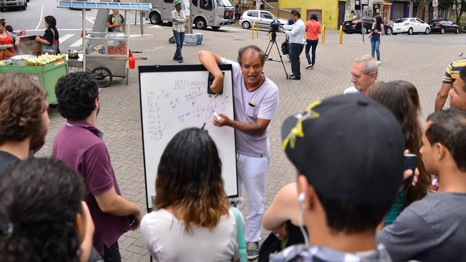 Durante o segundo dia do Enem em São Paulo, o professor Márcio Barbosa dá aula na frente dos portões da Uninove na Barra Funda