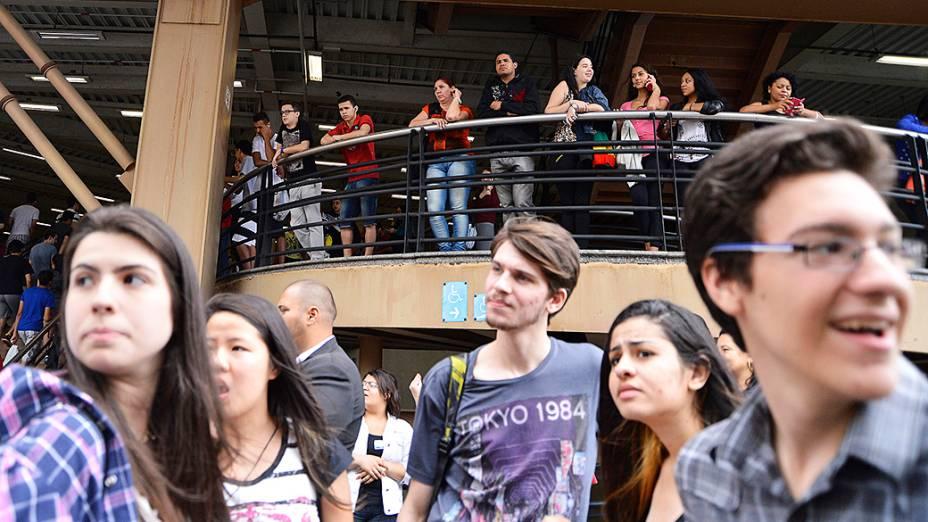 Movimentação em frente ao campus da Uninove na Barra Funda durante o segundo dia do Enem em São Paulo