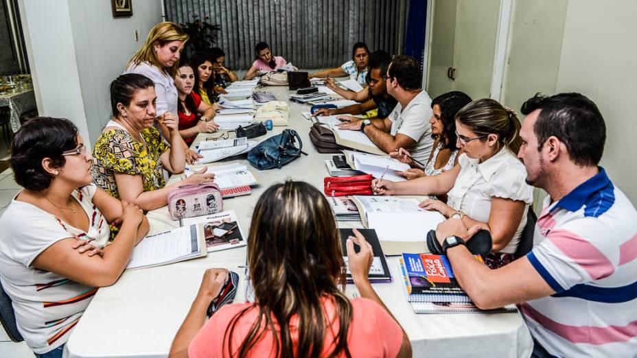 Professores trocam experiências e planejam aulas durante reuniões do Horário de Trabalho Pedagógico Coletivo (HTPC), em Novo Horizonte (SP)