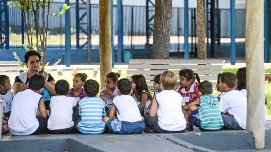 Alunos da rede municipal de ensino de Novo Horizonte (SP) têm aula de leitura ao ar livre