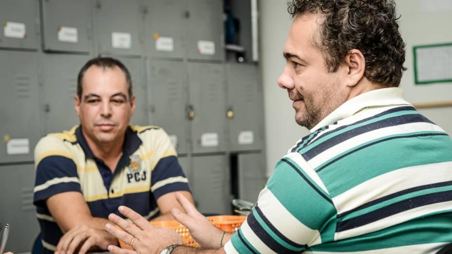 """Professores Ademir Almagro (à esquerda) e Valmir Valiani, da rede municipal de Novo Horizonte (SP): """"Alunos passam por recuperação"""""""