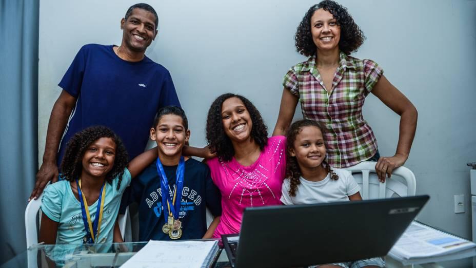 Luíza, de 9 anos, Rodrigo, de 11, Ananda, de 12, Vitória, de 6, e os pais Rodrigo e Cristina Luna: confiança na educação de Novo Horizonte (SP)