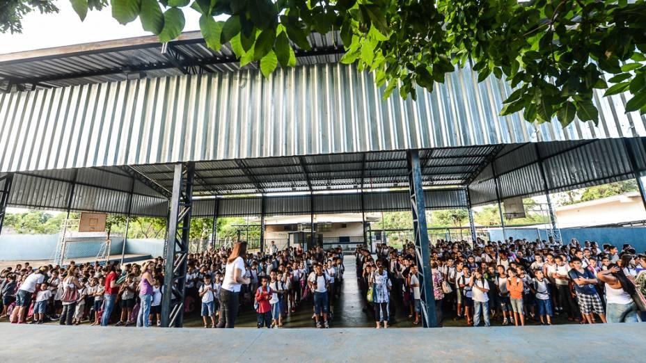 Sem microfone, Maria Cristina, diretora da Escola Municipal Hebe de Almeida Leite Cardoso, de Novo Horizonte (SP), repete diariamente aos alunos as regras da unidade