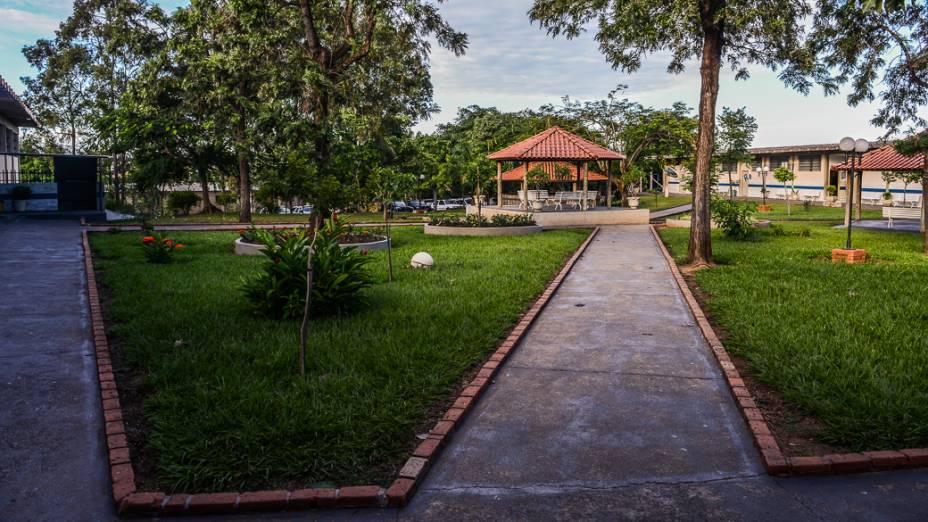 Área ao livre onde alunos da Escola Municipal Hebe de Almeida Leite Cardoso, em Novo Horizonte (SP), passam o intervalo