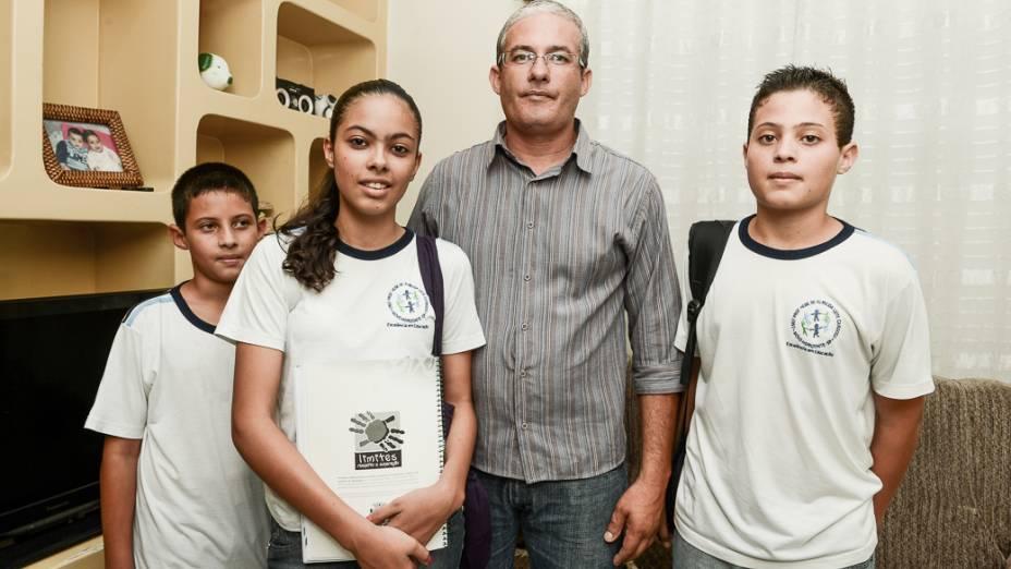 O aposentado Ricardo Rapini com os filhos Rian, de 10 anos, Rafaela, de 14, e Renan, de 13, alunos da rede municipal de Novo Horizonte (SP)