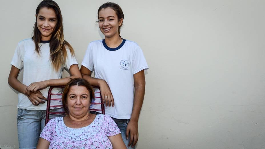 """Marisa Alves da Silva, de 38 anos, com a filha Paoma, de 11 anos (à esquerda) e a amiga dela Liziani Guimarães, de 14: """"A escola delas parece particular""""."""