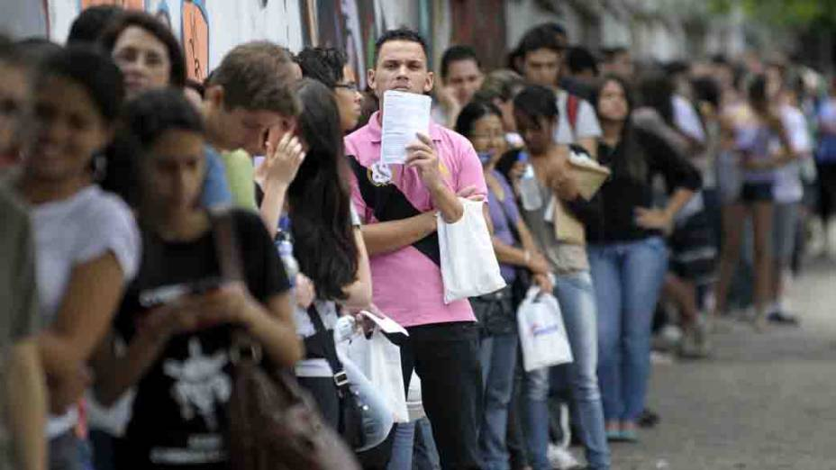 Candidatos aguardam em fila para ingresso em local de exame do Enem