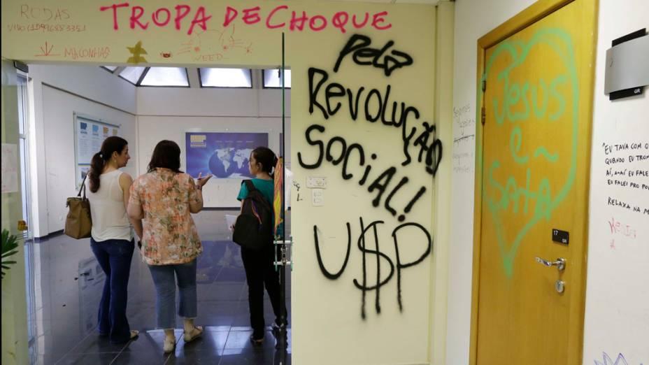 Manifestantes picham palavras de ordem contra a polícia no prédio da reitoria da USP