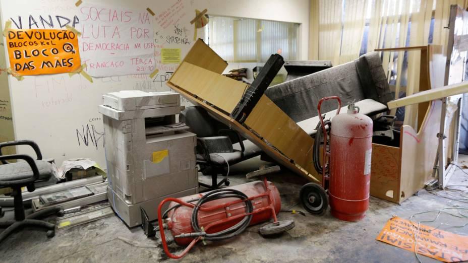 Segundo a USP, diversos equipamentos e móveis foram danificados pelos estudantes durante os 42 dias de ocupação