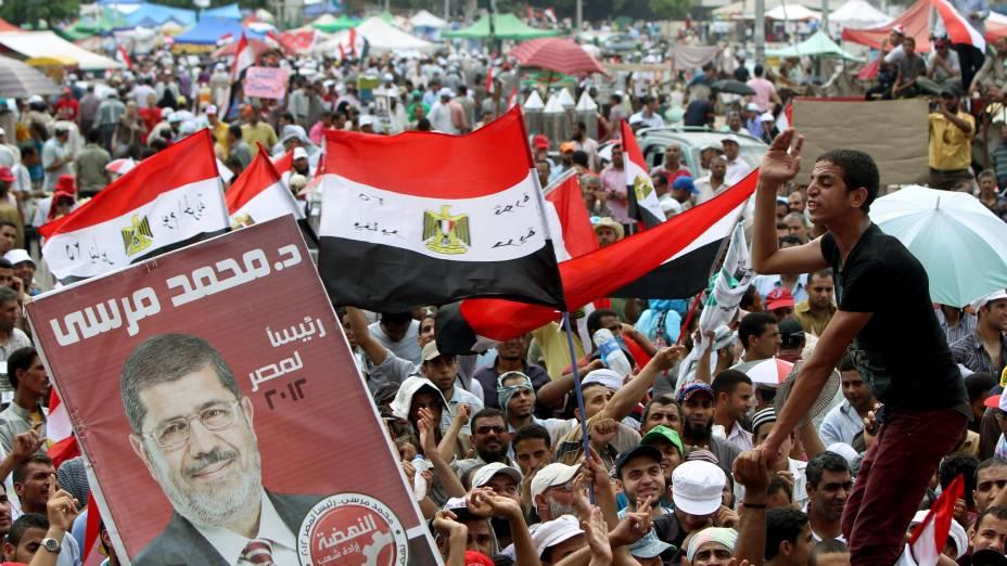 Seguidores de Mohamed Mursi aguardam o resultado das eleições presidenciais no Egito