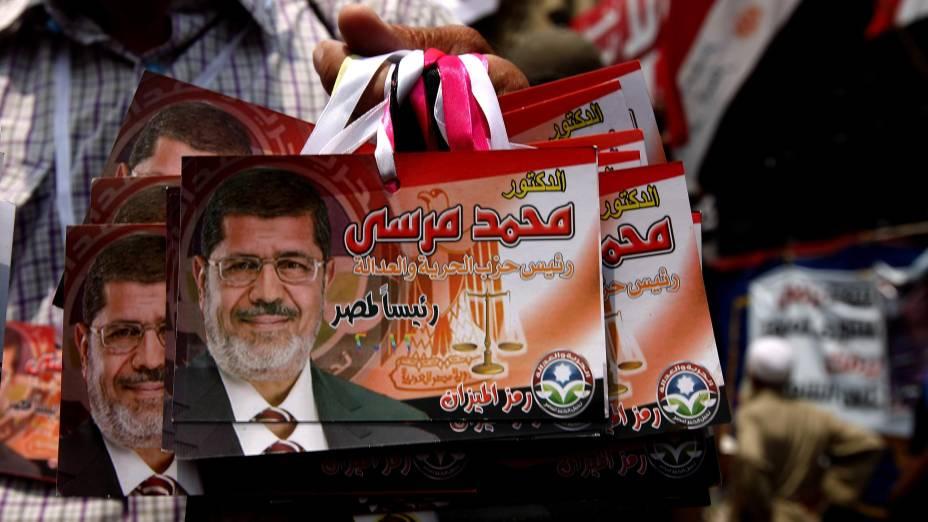 Vendedor exibe imagens de Mohamed Mursi no Egito