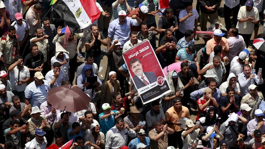 Seguidores de Mohamed Mursi comemoram na praça Tahir, no Egito