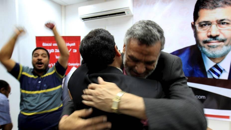 Membros da campanha de Mohamed Mursi comemoram no Egito