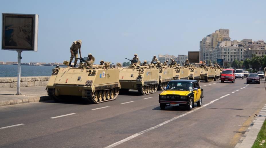 Tanques do exército egípcio na avenida costeira de Alexandria