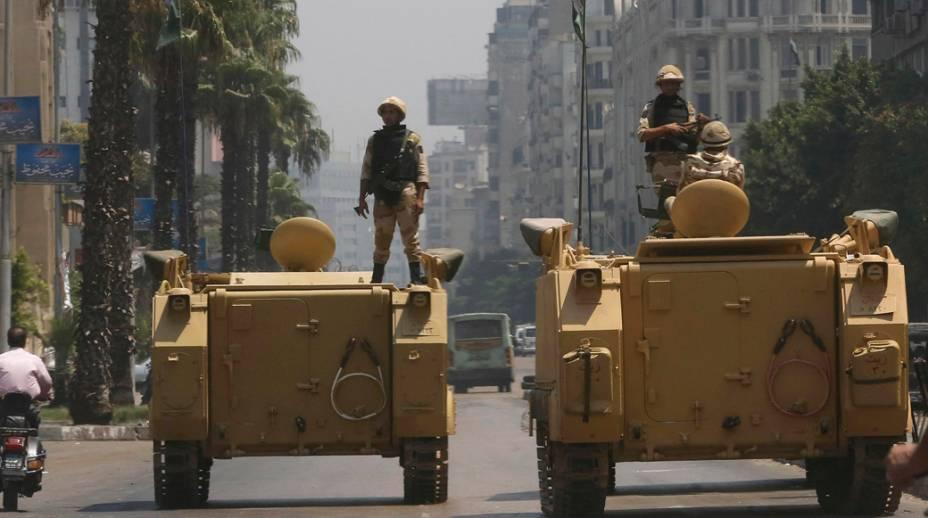Tanques posicionados em frente da estação de televisão estatal, no Cairo