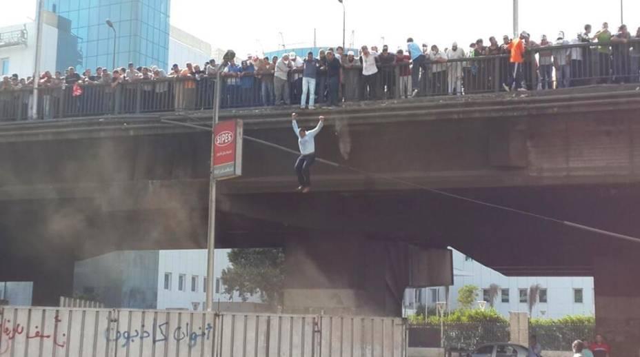Homem pula de ponte durante manifestações no Egito