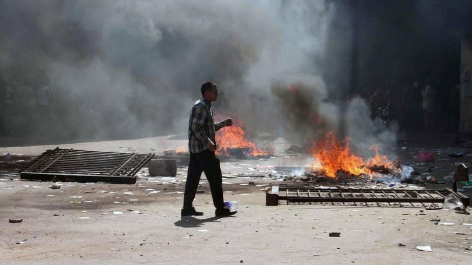 Egípcio anda na praça Ramsés, durante confrontos no Cairo