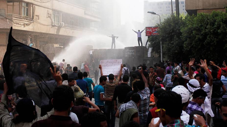 Manifestantes durante conflitos nesta sexta-feira (14), perto da praça Tahir, no Cairo, capital do Egito. Eles protestavam contra filme considerado ofensivo ao Islã