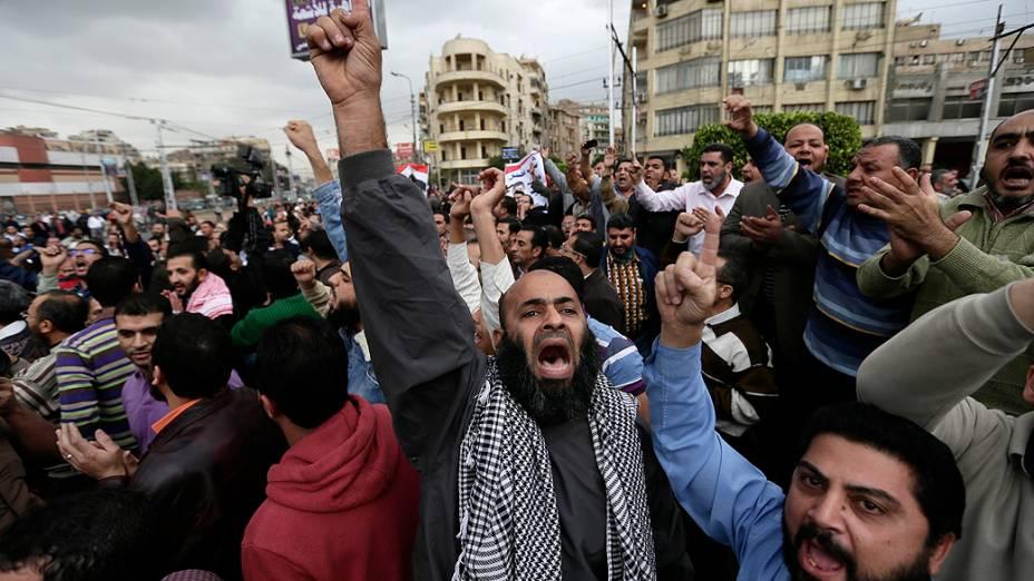 Manifestantes entoam gritos de apoio ao presidente Mohamed Mursi, durante confrontos com opositores do governo em frente ao palácio presidencial, no Cairo