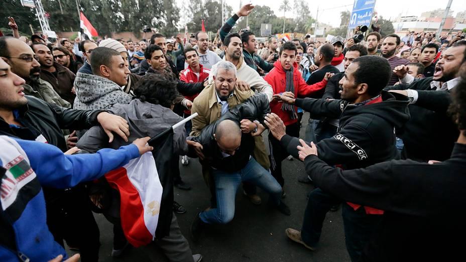Partidários e opositores do presidente se enfrentam próximo ao palácio presidencial, no Cairo