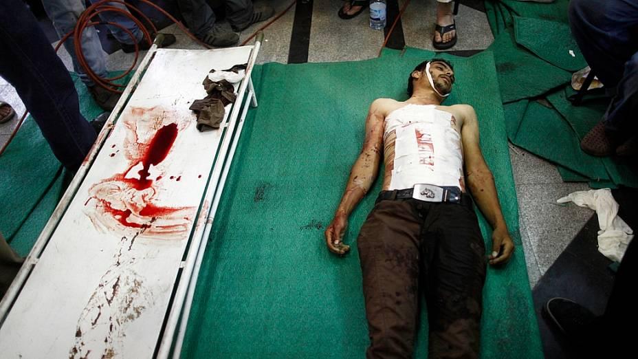 Necrotério recebe corpo de partidário de Mursi morto em confronto com soldados