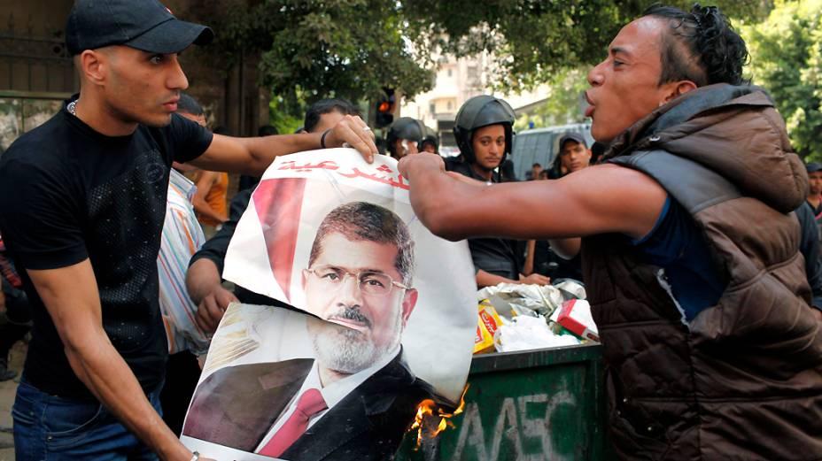 No Cairo, manifestantes queimam imagem do presidente deposto Mohamed Mursi