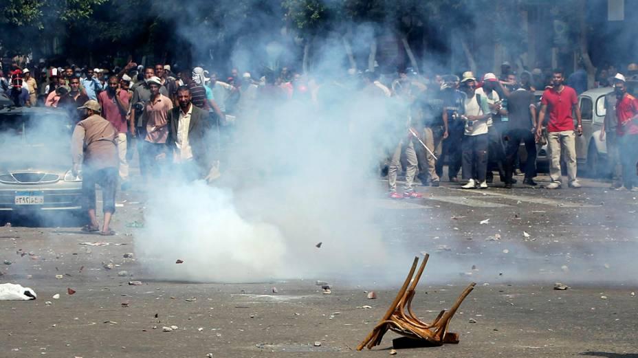 Partidários de Mursi em confronto com opositores e a polícia, no Cairo