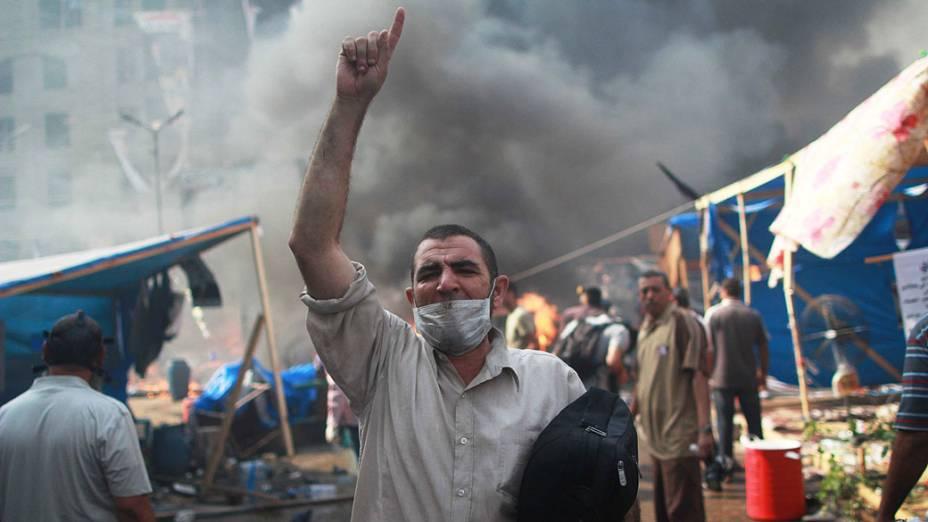 Membro da Irmandade Muçulmana e apoiador do presidente deposto presidente Mohamed Mursi, durante confrontos com a polícia no Cairo - (14/08/2013)<br><br>