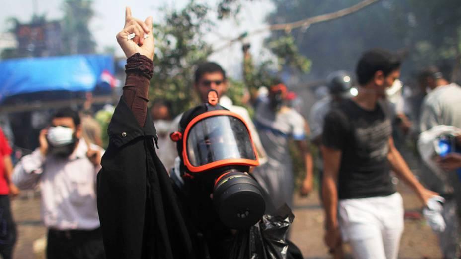 Membro da Irmandade Muçulmana e apoiadora do presidente deposto presidente Mohamed Mursi, durante confrontos com a polícia no Cairo - (14/08/2013)