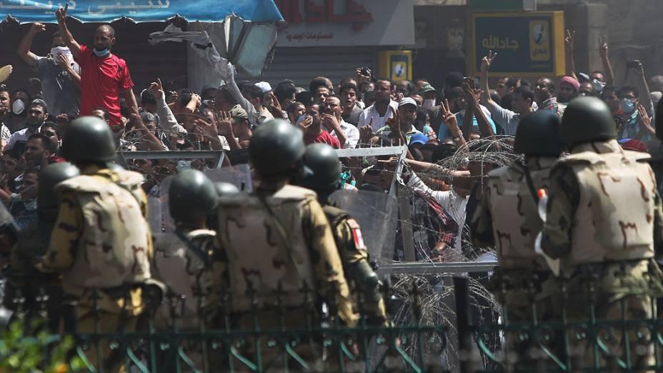 Membros da Irmandade Muçulmana e apoiadores do presidente deposto, Mohamed Mursi entram em confronto com a polícia e o exército na praça Rabaa Adawiya, onde estão acampados, no Cairo - (14/08/2013)
