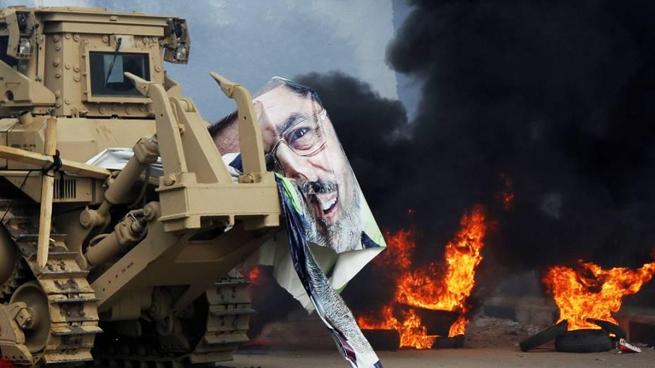 Cartaz com o rosto de Mohamed Mursi é rasgado por um trator da polícia durante operação na praça Rabaa Adawiya, onde manifestantes apoiadores do presidente deposto estavam protestando, no Cairo - (14/08/2013)