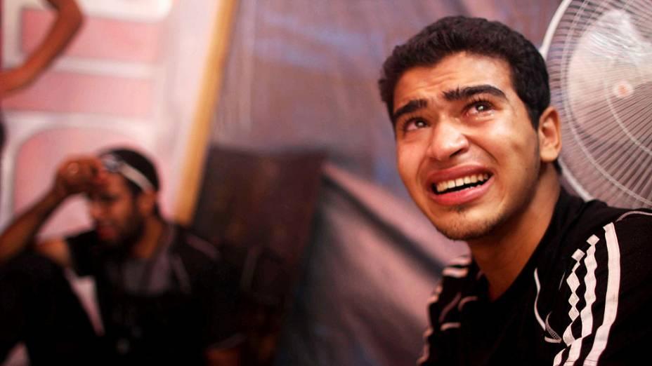 Jovem chora em um hospital de campanha após operação da polícia contra grupos de apoiadores do presidente deposto do Egito, Mohamed Mursi que deixou dezenas de mortos e feridos, perto da mesquita Rabea al Aduiya, no Cairo, nesta quarta-feira (14/08/2013)