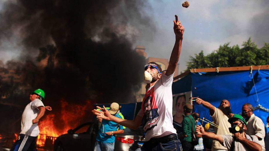 Manifestantes apoiadores do presidente deposto do Egito, Mohamed Mursi, entram em confronto com a polícia durante protesto na praça Al-Nahda, no Cairo, nesta quarta-feira (14/08/2013)