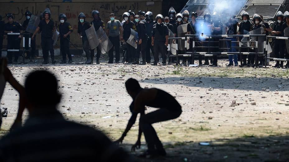 Confrontos entre manifestantes e policiais na frente da embaixada dos Estados Unidos no centro do Cairo, no Egito, deixaram pelo menos 13 feridos