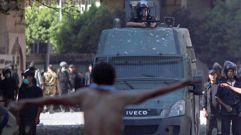 Manifestantes e policiais se enfrentam perto da embaixada americana no Cairo (Egito)