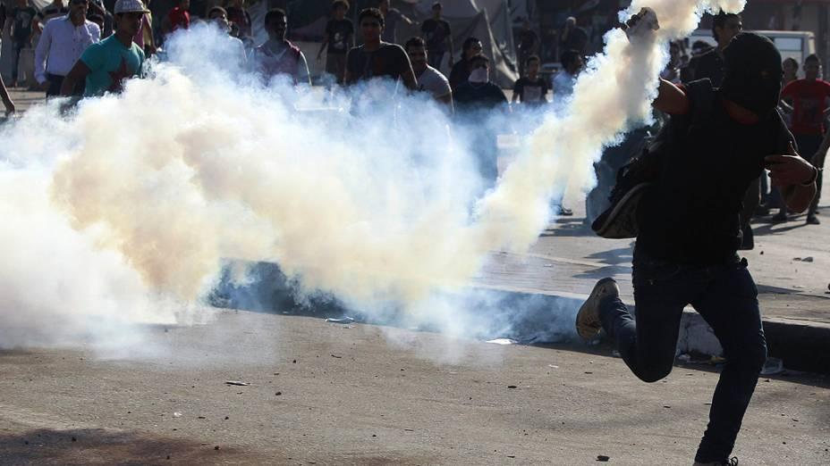 Confrontos entre manifestantes e policiais na frente da embaixada dos Estados Unidos no centro do Cairo, no Egito