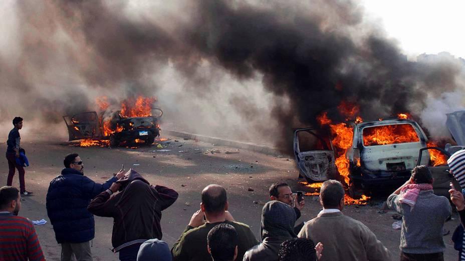 Manifestantes contra o governo do predidente Mohamed Mursi, ateiam fogo em carros durante protesto, em 14/12/2012