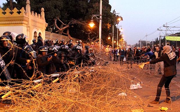 Polícia dispersa manifestantes perto do Palácio de Governo, no Cairo