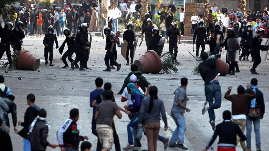 Um grupo de manifestantes voltou a enfrentar a polícia na praça Tahrir, no Cairo, capital do Egito, nesta quarta-feira (28)
