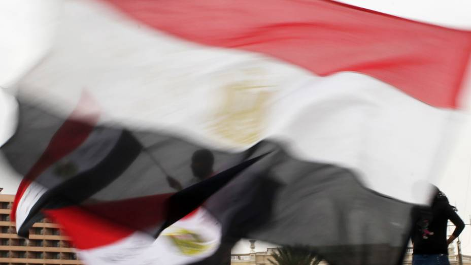 Manifestantes, cantam slogans anti-Mursi na Praça Tahrir, no Cairo