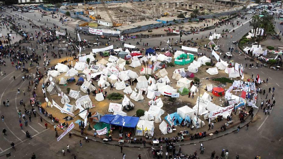 Manifestantes anti-Mursi acampam na praça Tahrir, no Cairo