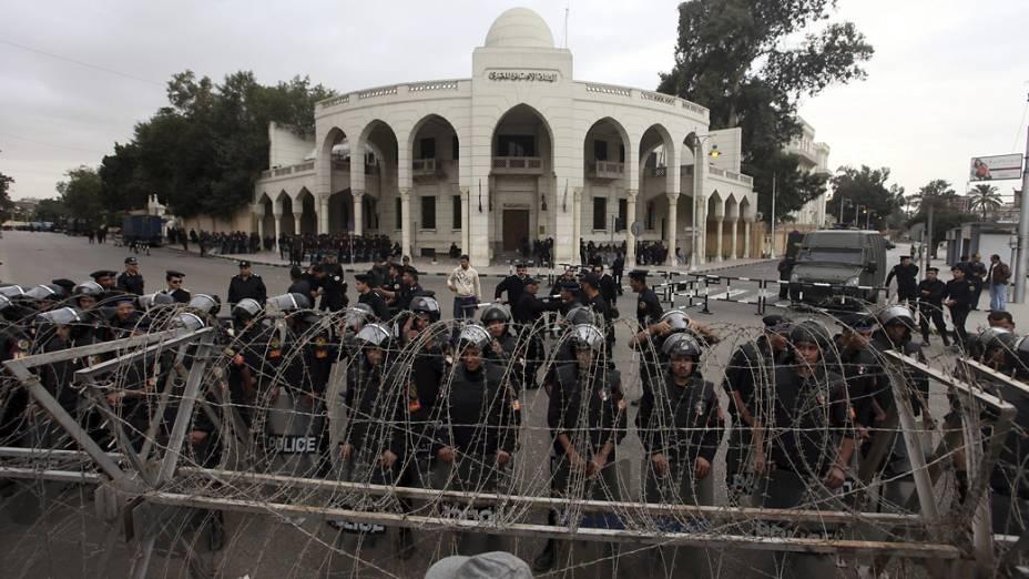 Políciais egípcios protegem palácio presidencial antes de manifestação, no Cairo