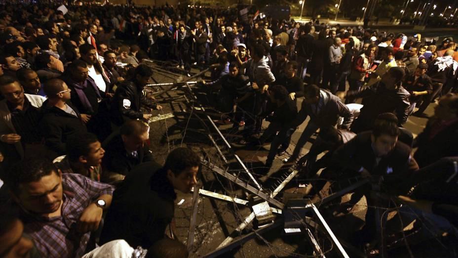 Polícia egípcia dispersa manifestantes durante protestos anti-Mursi em frente ao palácio presidencial, no Cairo