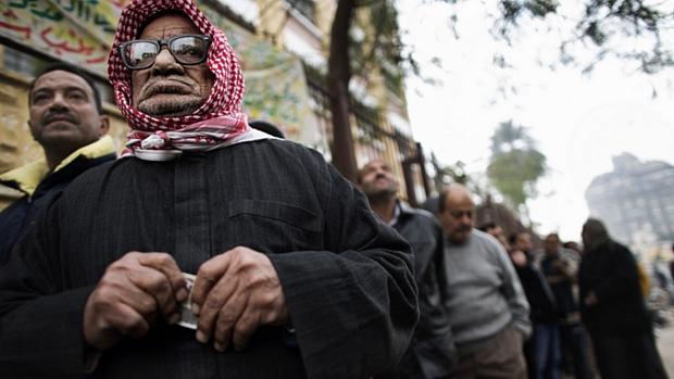 Egípcios fazem fila na frente de seção eleitoral no Cairo