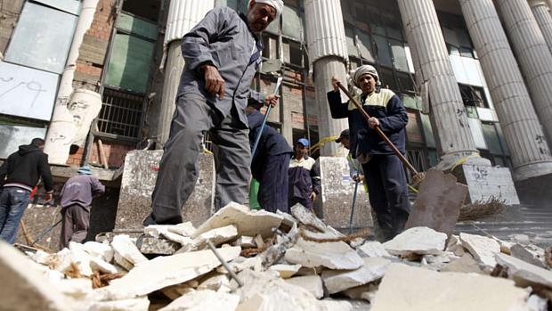 Destroços do lado de fora de um tribunal no Cairo, depois que um explosivo foi detonado no primeiro dia de votação do referendo sobre a nova Constituição. Ninguém ficou ferido.