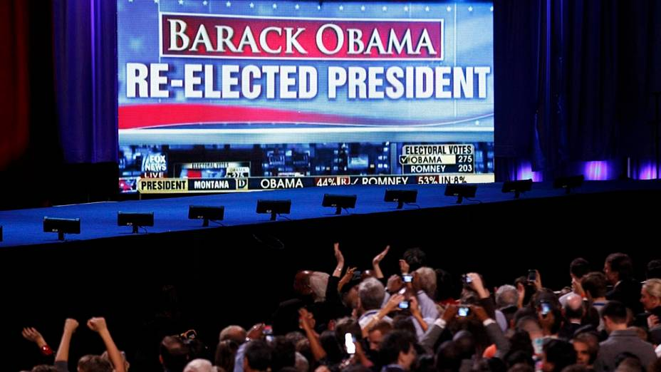 Painel colocado pela campanha de Obama em Chicago anuncia reeleição do presidente