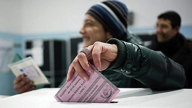 Mulher deposita voto em Roma durante a eleição na Itália